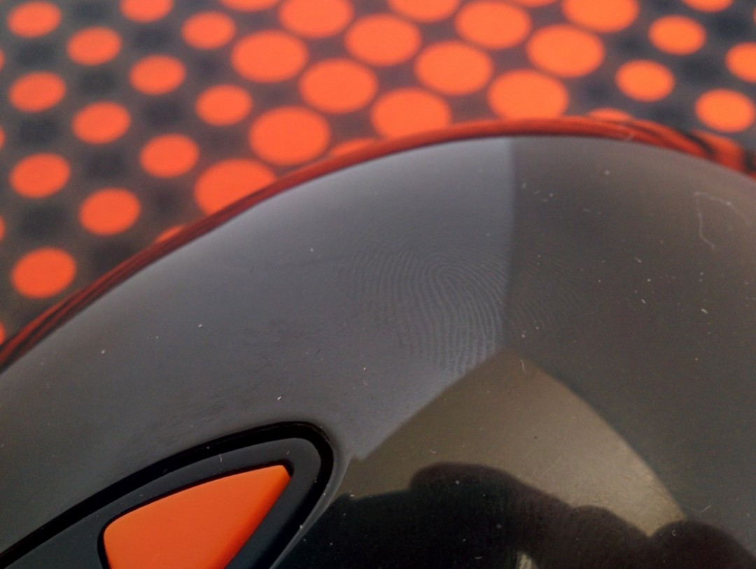 טביעות אצבעות מופיעות בקלות על חלקו העליון של הסנסיי רו